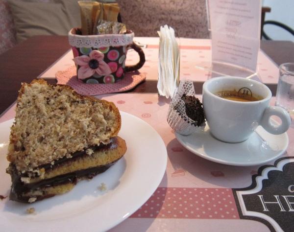 Bela fatia de bolo de nozes, brigadeiro e espresso da doçaria Dolce Helena