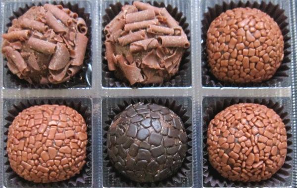 Brigadeiros da São Brigadeiros. Da esquerda para a direita, a partir do alto: Nutella, ao leite, Baileys, amargo e ao leite
