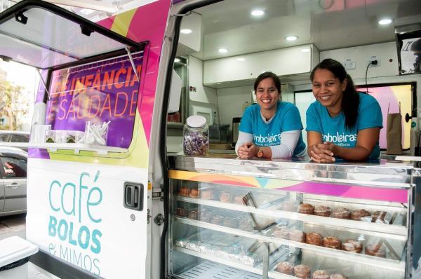 As Bamboleiras Ariane Guimarães e Claudia Daroncho em seu food truck (Divulgação)