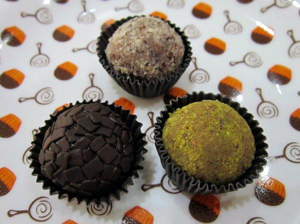 Brigadeiros de chocolate meio amargo, pistache e avelã da Benedito Brigadeiro Gourmet
