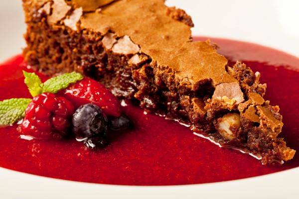 Bolo cremoso de chocolate com sopa de frutas vermelhas. Foto: Luiz Ipolito/Divulgação