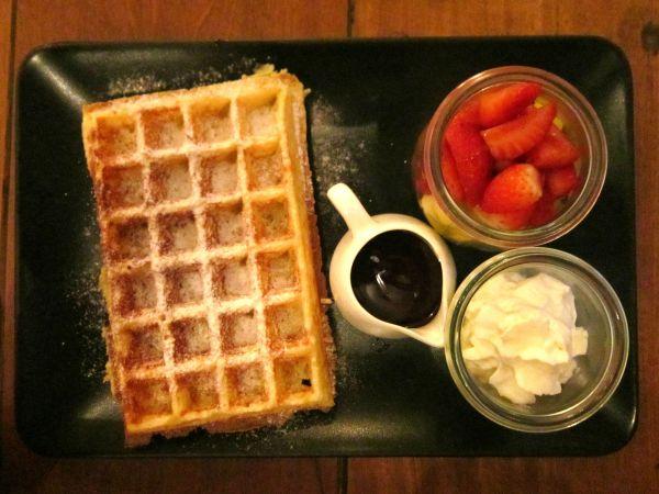 Waffle do Belga Corner com frutas picadas, chantilly e calda de chocolate belga