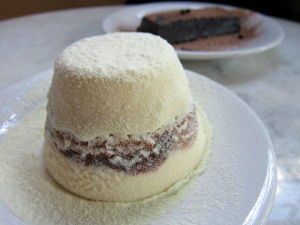 Sorvetão de leite em pó com doce de leite do Clementina Forno & Fogão